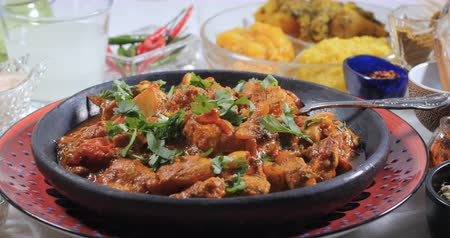 cominho : Dolly view of a delicious chicken tikka masala with Indian spices Vídeos