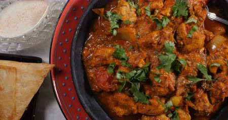 tikka masala : Dolly top down view of a delicious chicken tikka masala with Indian spices