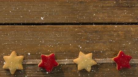 устроенный : Digital composite of Falling snow with Christmas stars decoration