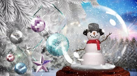 sněhulák : Cute Christmas animation of snowman and glittery baubles on the Christmas tree. Snow falling over the Christmas decoration in the forest 4k