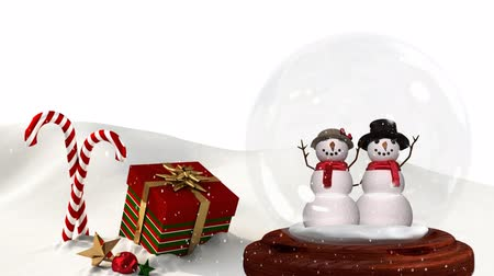 kardan adam : Cute Christmas animation of snowman couple and Christmas gift in snowy landscape. Snow is falling over white background 4k Stok Video