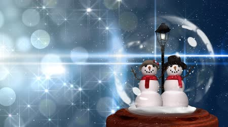 kardan adam : Cute Christmas animation of snowman couple in snow globe. Snow is falling over glittering background 4k Stok Video