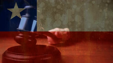 legislação : Digitally animation of Chileans Flag and gavel. Judges gavel banging against the flag 4k