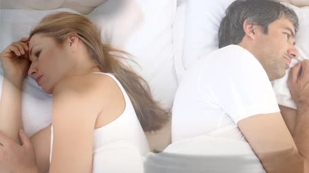 veredito : Digital animation of couple ignoring each other on bed. Gavel banging on sounding block 4k Vídeos