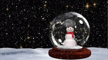 tempo de natal : Cute Christmas animation of snowman in snowy landscape. Snow falling against black background 4k