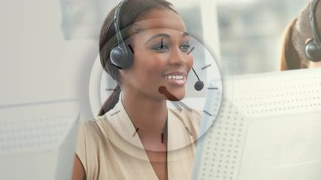 representante : Happy Customer Service using Headsat against clock background