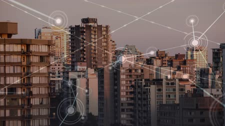 vincular : city skyline at sunset and links with circles and dots, abstract network illustration Stock Footage