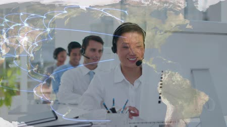 centro de llamadas : Digital composite of an Asian call centre in front of a whole team. In the foreground is a world map with network indicators from different locations