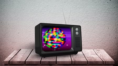 мерцание : Digital animation of an old television with colorful static placed on a wooden table