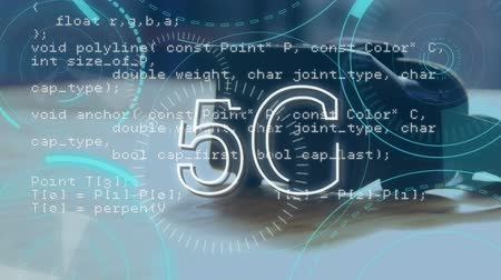 escrito : Digital animation of program codes moving in the screen behind 5G written in the middle of blue futuristic circles and a background of black virtual goggle on the table.