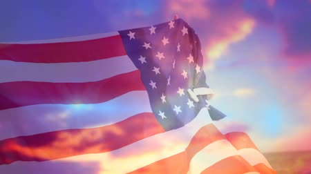 bandeira americana : Digital animation of American flag waving with a background of the sky with clouds during sunset.