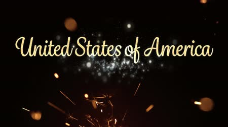 escrita : Digital animation of a gold United States of America text with bokeh lights while a lighted sparkle flickers in the dark background for fourth of July.