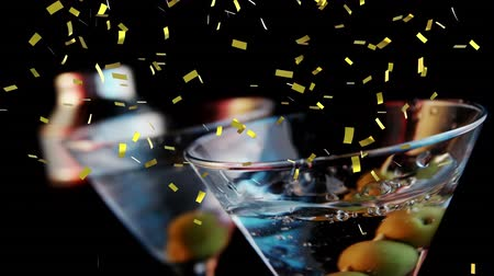 luftschlangen : Digital composite of olives dropped on a glass of cocktail while gold confetti fall in the screen Videos