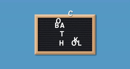 de volta : Animation of the words Back To School formed in white letters on a rectangular black letter board with wooden frame on a blue background 4k Vídeos