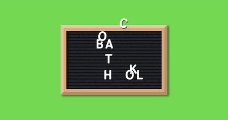 négyszögletes : Animation of the words Back To School formed in white letters on a rectangular black letter board with wooden frame on a bright green background 4k Stock mozgókép