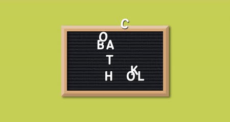 černý : Animation of the words Back To School formed in white letters on a rectangular black letter board with wooden frame on a yellow background 4k