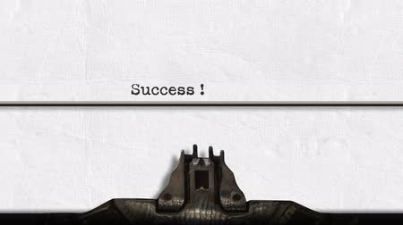 impressão digital : Animation of a close up of the type guard and moving type bars of a typewriter, typing out the word Success ! on plain white paper Stock Footage