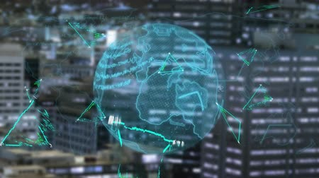 összekapcsol : Global Business Technology Finance Concept Animation of data processing and globe spinning with green outlined triangles and cityscape in the background Stock mozgókép