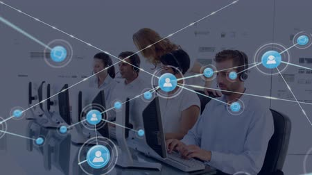 телефон доверия : Animation of network of connections with people icons with a group of office workers wearing phone headsets in a busy office in the background. Global networking and connections concept digital composite. Стоковые видеозаписи