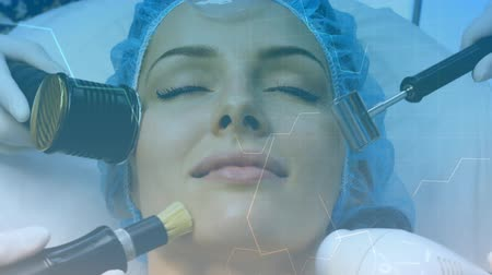 vzorec : Animation of white structural formula of chemical compounds floating around with woman lying down with her eyes closed haeving facial beauty treatment done in the background. Universal aesthetic medicine concept digital composite. Dostupné videozáznamy