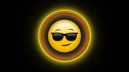 risonho : Animation of flickering neon digital cool emoji with sunglasses icon in a glowing circle on black background. Digital computer interface and networking communication concept digitally generated image.