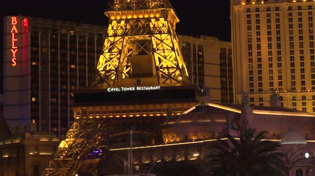 w : 4K ES: The Las Vegas Strip skyline features Ballys Hotel, Eiffel Tower, and giant neon Montgolfier balloon with Digital Marquee. Circa 2016 Filmed using Sony FS-5 w Zeiss 28mm Prime Lens in 4K UHD Native Resolution at 30P. Dostupné videozáznamy