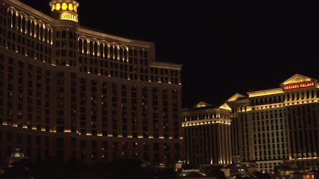 fãs : 4K ES: The Bellagio Luxury Resort Hotel and Casino at night. Circa 2016, Sony FS5, 28mm Prime Lens