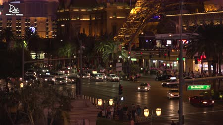 fãs : 4K ES: A never ending flow of traffic from pedestrians, taxis, and cars flooding the Las Vegas Strip. Circa 2016 Sony FS-5 w Zeiss 28mm Prime Lens