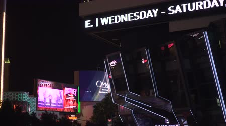 w : 4K ES: The scrolling digital marquee of The Cosmopolitan Hotel on the Las Vegas Strip. Circa 2016 Filmed using Sony FS-5 w Zeiss 28mm prime lens at 4K UHD native resolutions Dostupné videozáznamy