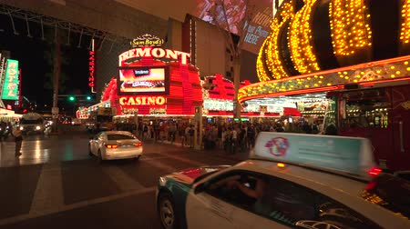 fãs : 4K ES: All traffic waits for pedestrian to pass on Fremont Street, Las Vegas. Sony FS5 4k UHD 30p Native Resolution