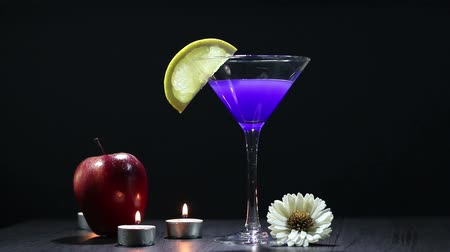 azul : Add the apple to the still life. Stock Footage