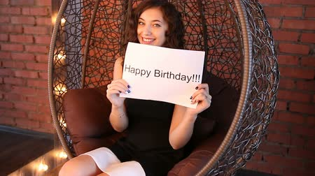 felicitação : Young girl shows the inscription: happy birthday. Stock Footage