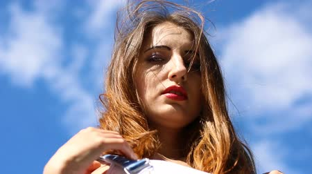 ventoso : Seductive young woman on a windy day Stock Footage