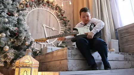 tombul : little Japanese boy plays the electric guitar Stok Video