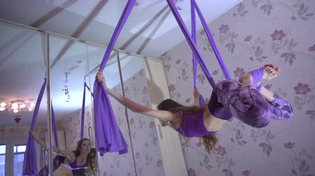 pé : Practice of anti gravity fly yoga with hammock. Vídeos