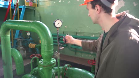barometr : Engineer inspecting old water pump at factory
