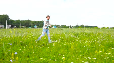 otuzlu yıllar : man is runnig across the field Stok Video