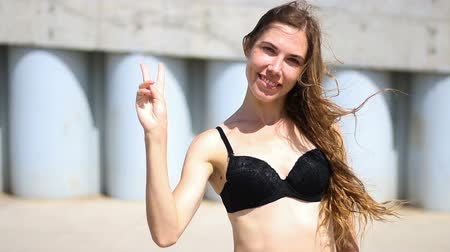 sąsiadka : Hi, Hello, Woman in Bra Waving Hand, Welcome, Outdoor