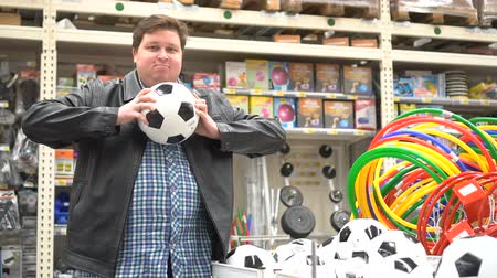 separado : Man chooses sporting goods in store