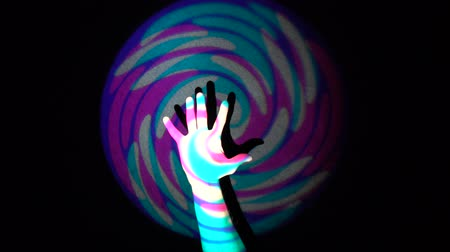 sério : The human hand on background of colorful tunnel flythrough loop