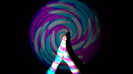 sério : The human hand is applauding on background of colorful tunnel flythrough loop