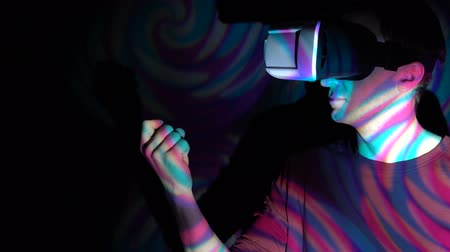 convidar : Young man with virtual reality headset, inviting to come