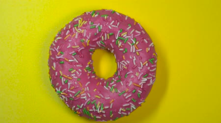 doughnut : Tasty sweet donut rotating on a plate. Wideo