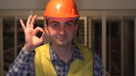 andaime : On a construction site, worker or engineer is showing sign of Okay