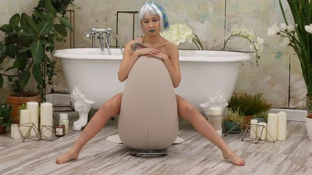 peruca : Sexy attractive young woman in wig sitting in bathroom