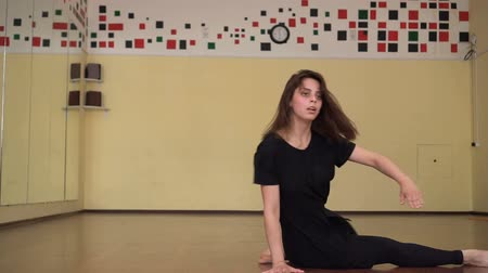 baletnica : graceful girl practicing ballet in the Studio , performs the elements of dance Wideo