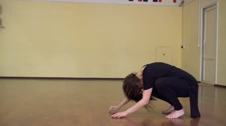 taniec towarzyski : Girl performs contemporary dance in ballroom Wideo