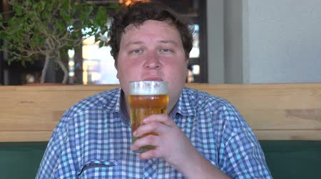 bebida alcoólica : Big man is sniffing beer and like it