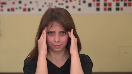 vinte anos : Young woman suffering from headache. Stressed girl touching her temples because of strong head pain