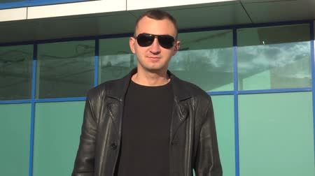 osobní strážce : Young man in leather jacket and sunglasses standing outdoor Dostupné videozáznamy